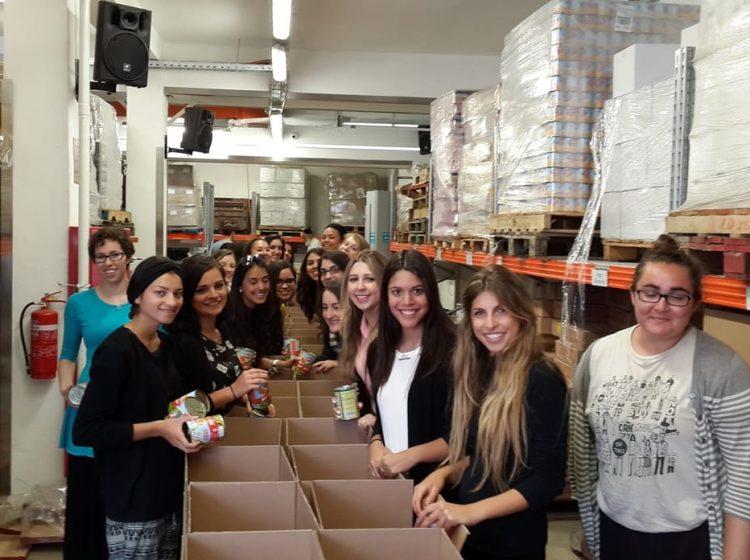 Jóvenes del plan JEWEL: ¡trabajan de voluntarias y sonríen!